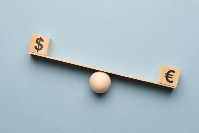 Waluty euro oraz dolar na wadze