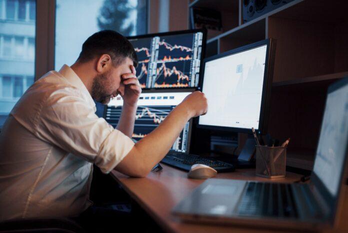 Zmartwiony trader ponoszący straty