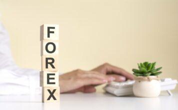 """Napis """"Forex"""" ułożony z drewnianych kostek"""