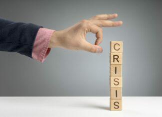 """Drewniane klocki z literami układające wyraz """"kryzys"""""""