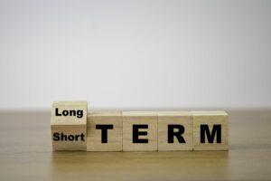 """drewniane kostki ułożone w wyraz """"długoterminowy"""""""