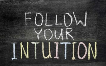 "Napis ""podążaj za intuicją"""
