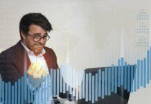 Szczęśliwy trader handlujący na gołym wykresie, bez wskaźników
