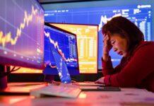 Zrozpaczona traderka, która poniosła stratę na rynku Forex