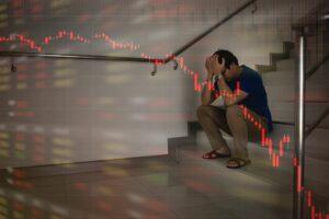 Załamany trader, który błędnie zarządzał kapitałem i poniósł dotkliwą stratę
